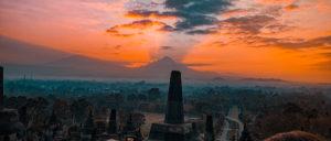 Alba col sole dietro il vulcano